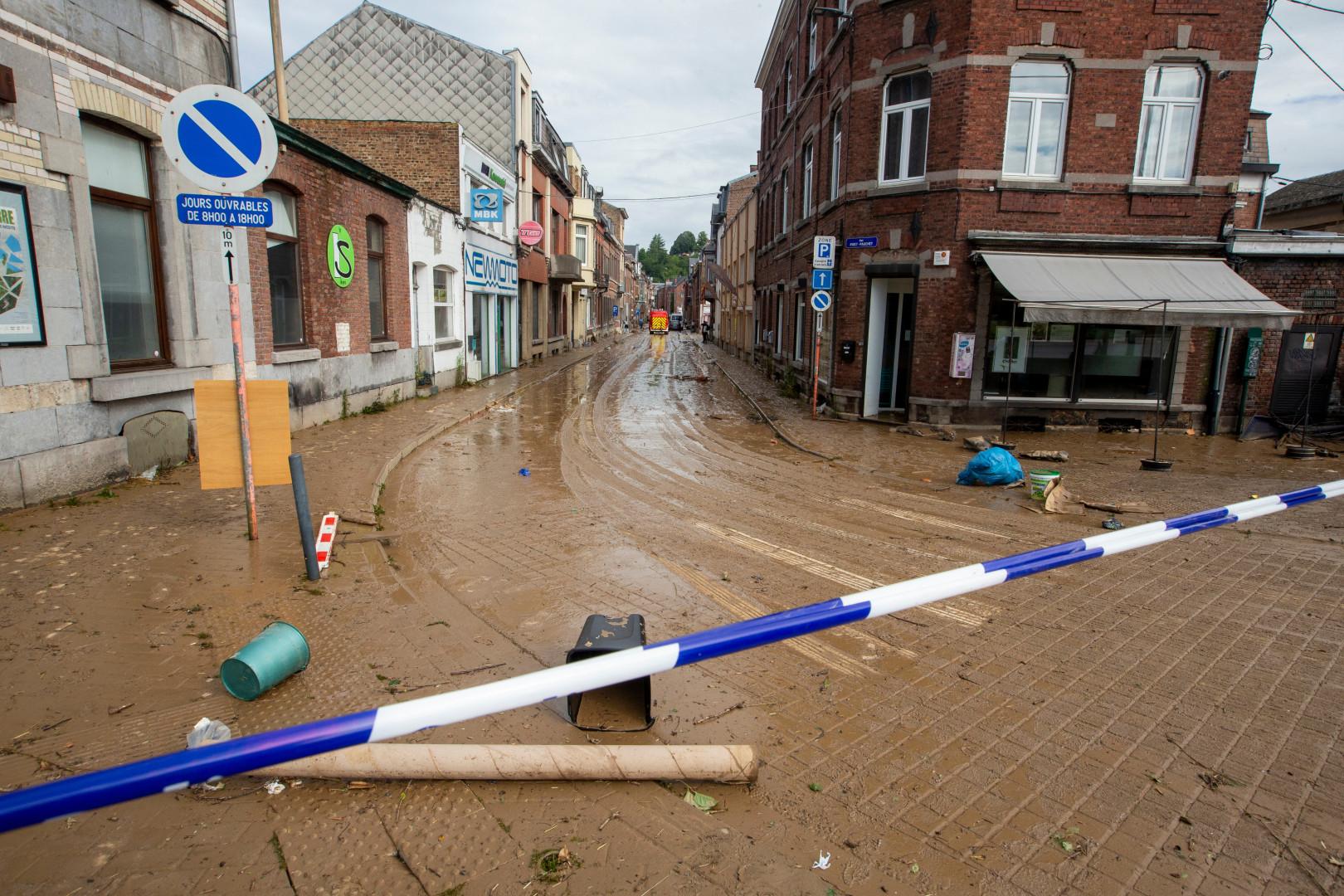 La boue recouvre une rue de Namur dimanche 25 juillet, après les violents orages de la veille.