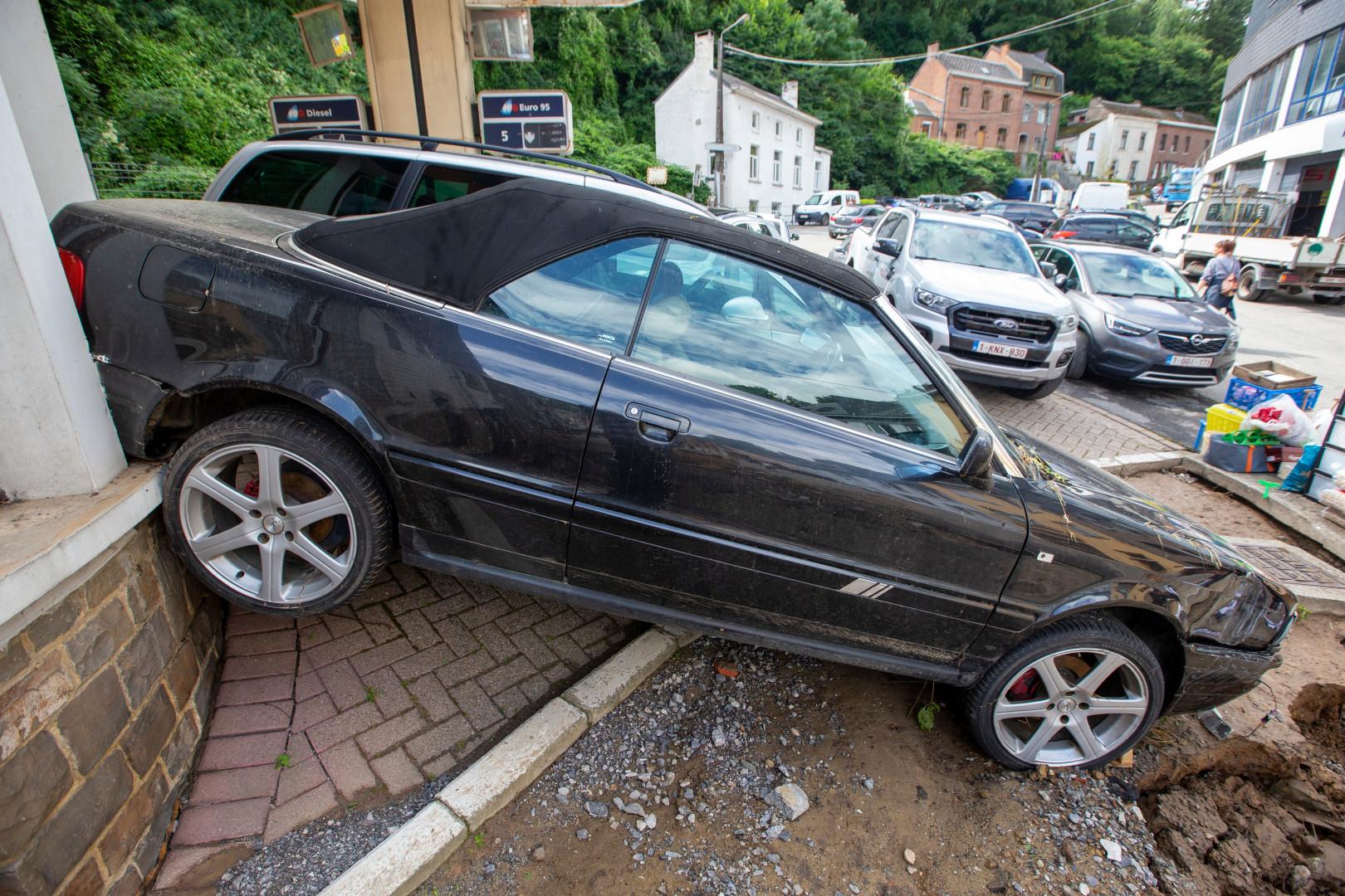 Une épave de voiture à Dinant, près de Namur, après les violents orages du samedi 24 juillet.