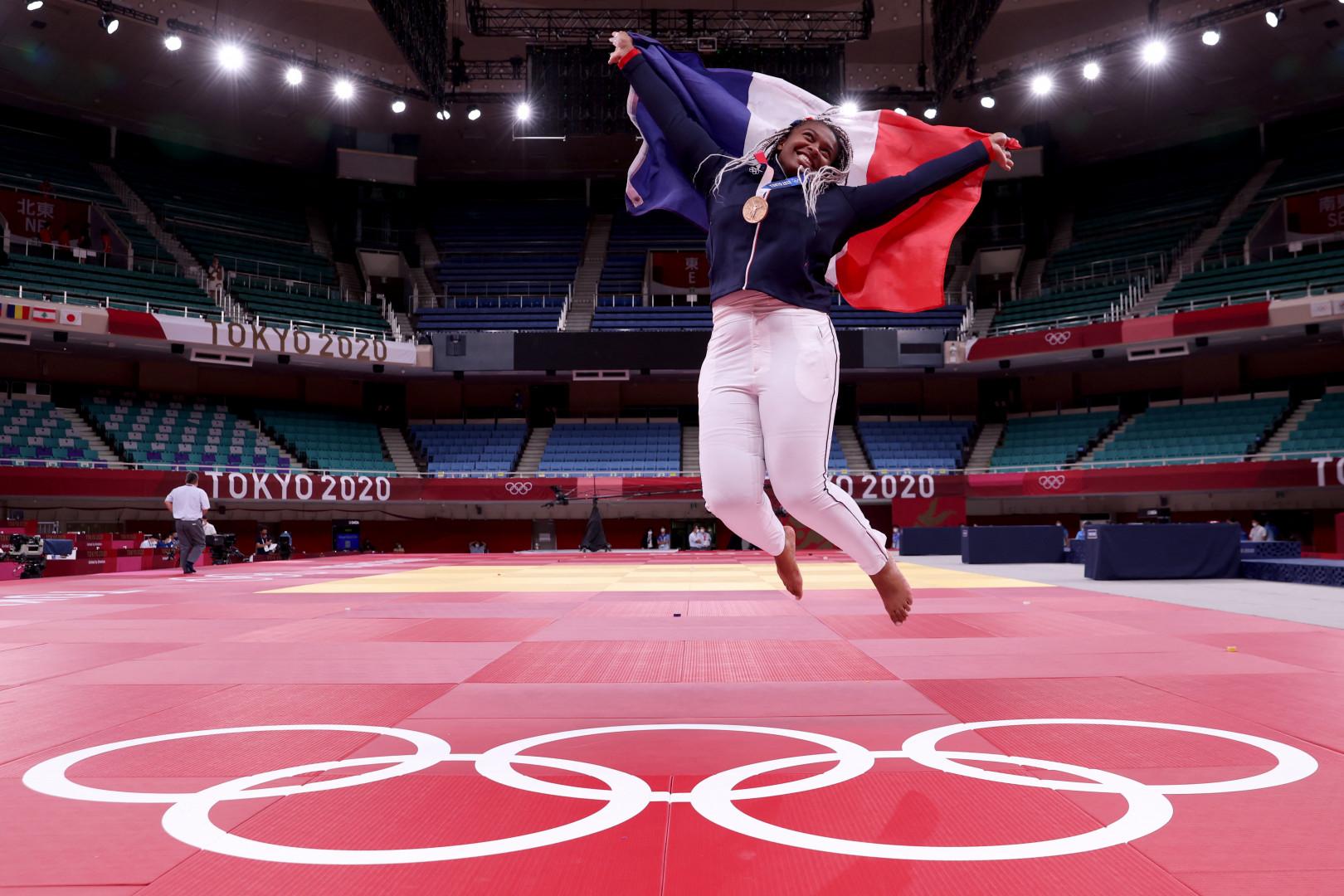 Romane Dicko célèbre sa médaille de bronze à Tokyo le 30 juillet 2021.