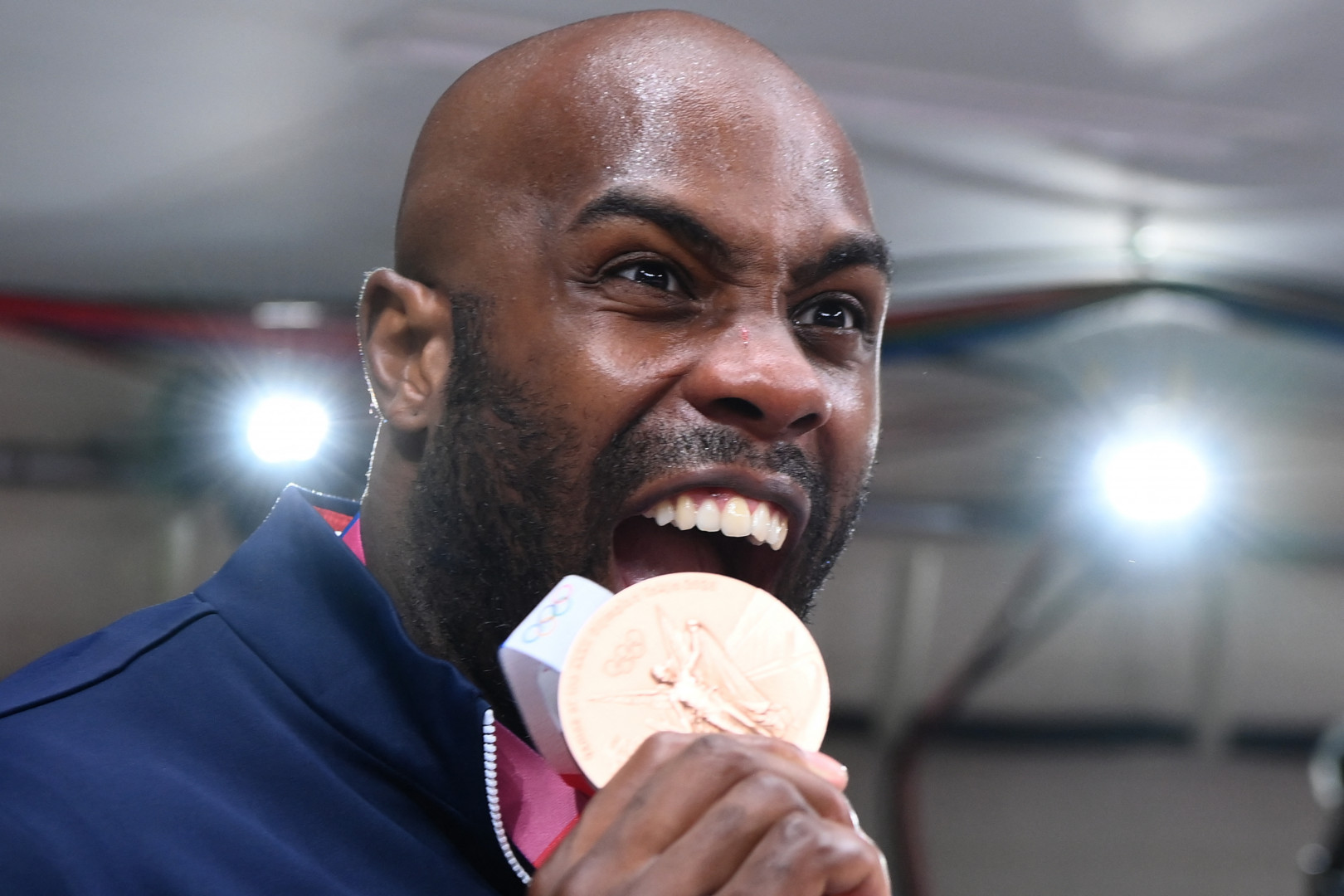 Teddy Riner avec sa médaille de bronze en judo le 30 juillet à Tokyo.