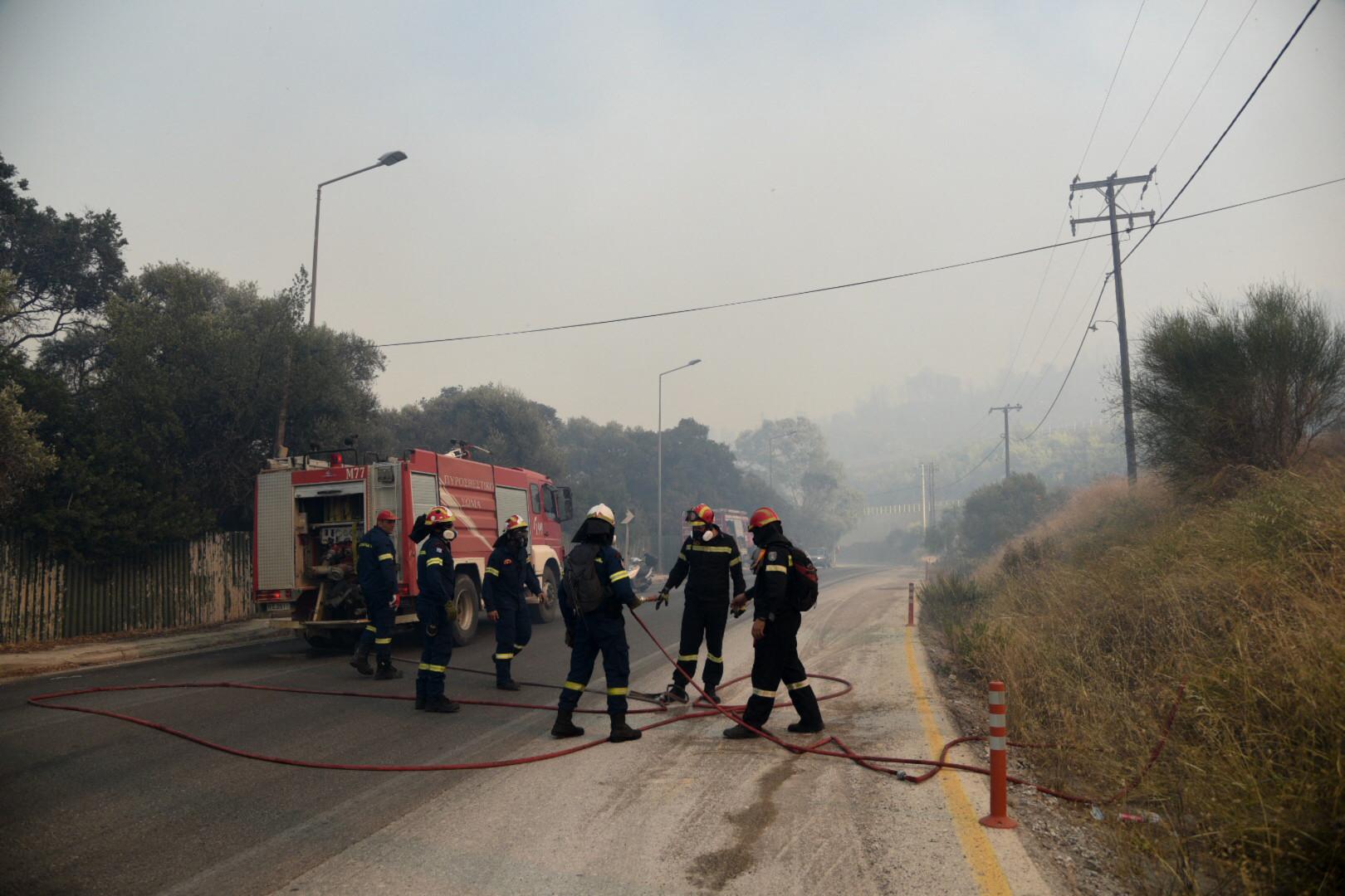 Les pompiers restent mobilisés pour éviter que les feux se répandent.