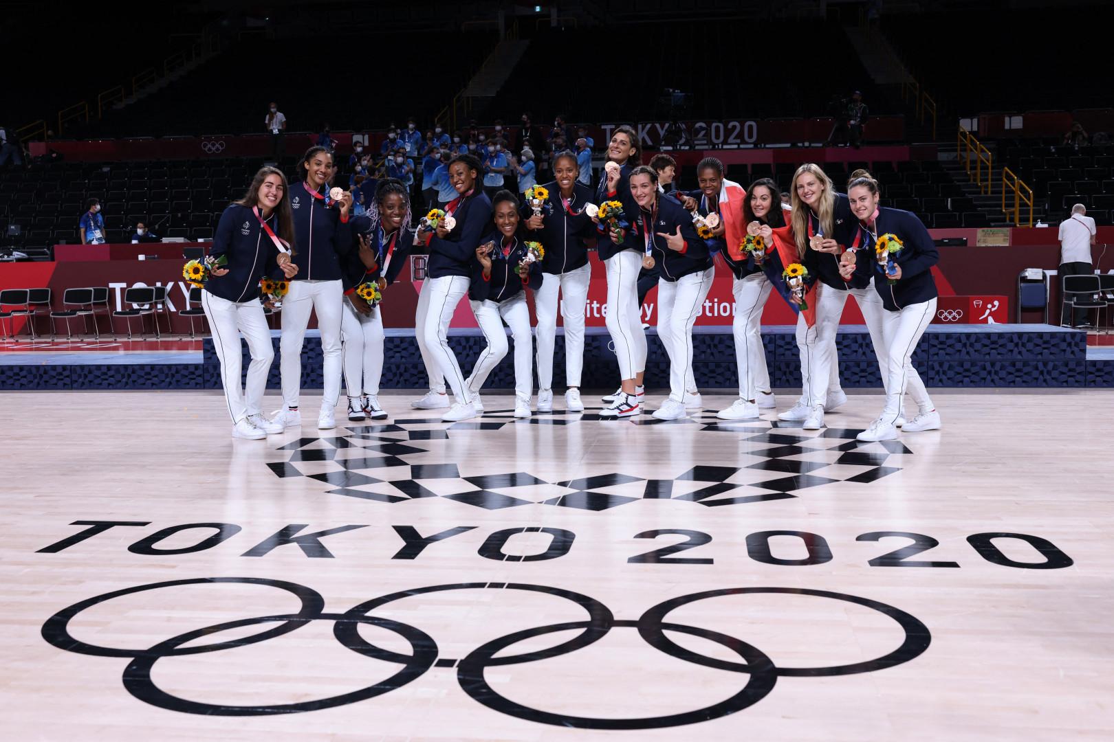 Les basketteuses avec leur médaille de bronze à Tokyo le 8 août 2021.