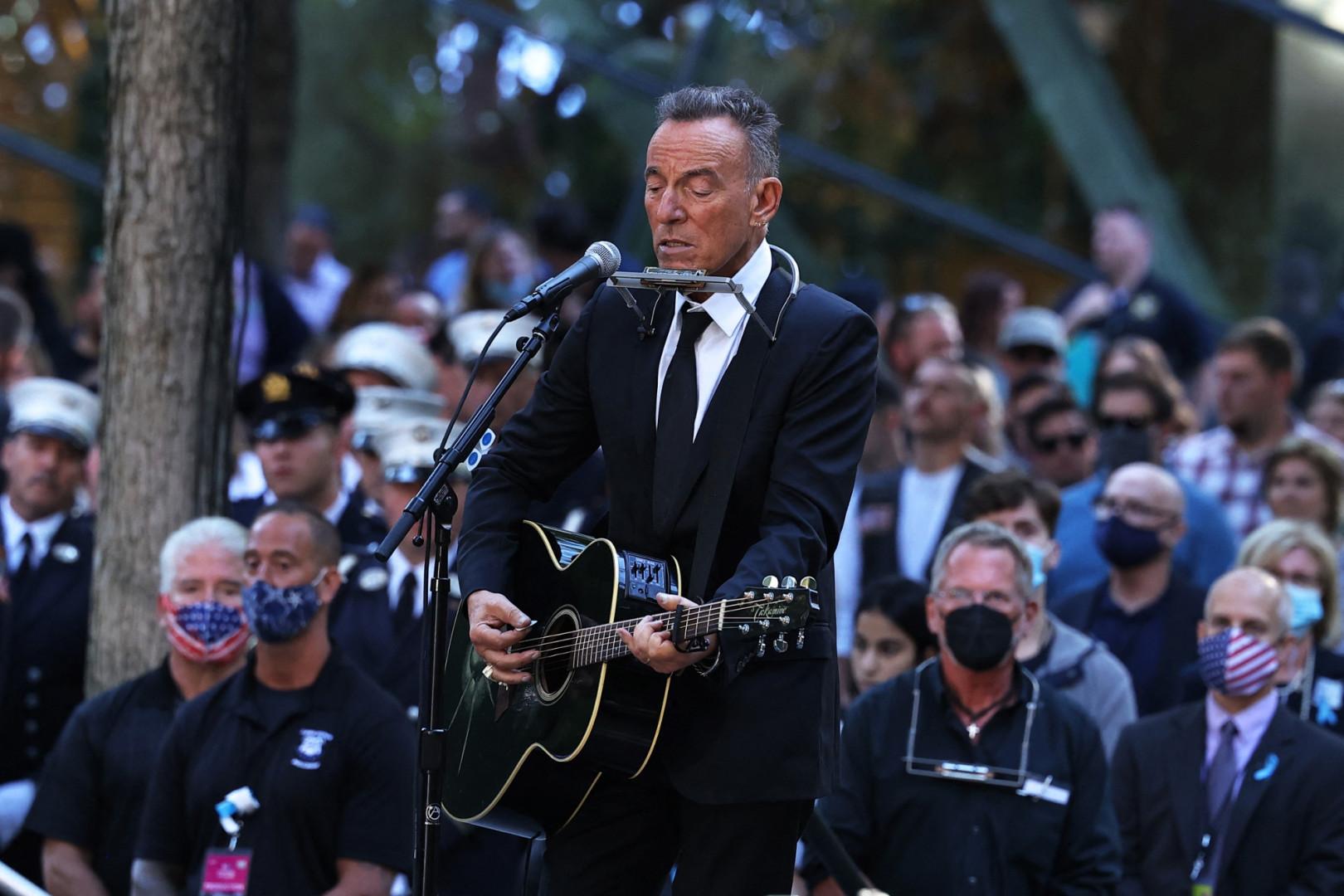 """Le chanteur Bruce Springsteen a interprété """"I'll see you in my dreams"""", en hommage aux victime des attentats"""