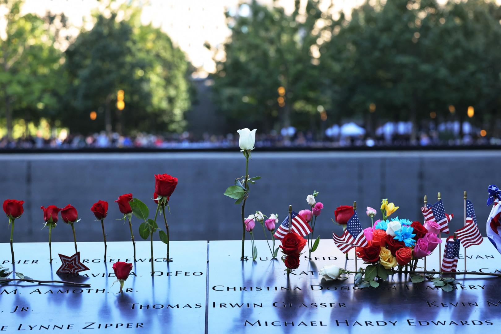 """Des fleurs ont été déposées au """"Ground Zero"""", où se trouvaient les tours"""
