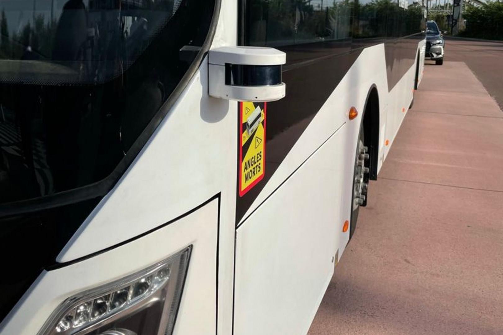 Les capteurs présents sur les côtés du bus lui permettent de circuler tout seul