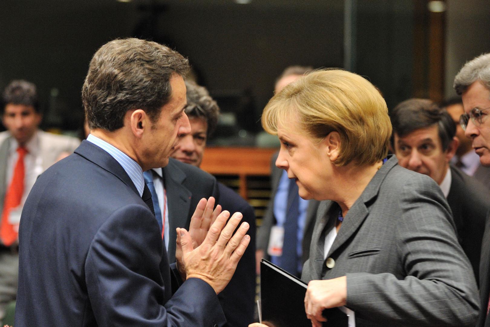 Le président français Nicolas Sarkozy s'entretient avec la chancelière allemande Angela Merkel au Conseil européen le 11 décembre 2008 à Bruxelles.