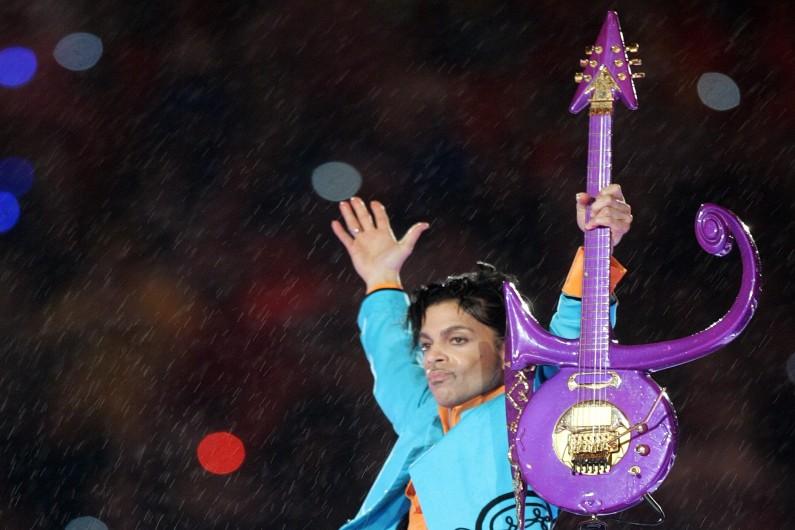 """Prince avec une guitare dont le design reprend le fameux """"Love Symbol"""""""