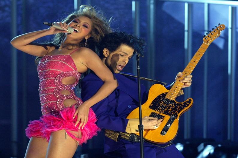 Prince a collaboré avec les plus grands artistes contemporains. Ici, il est sur scène avec Beyoncé lors des Grammy Awards 2004