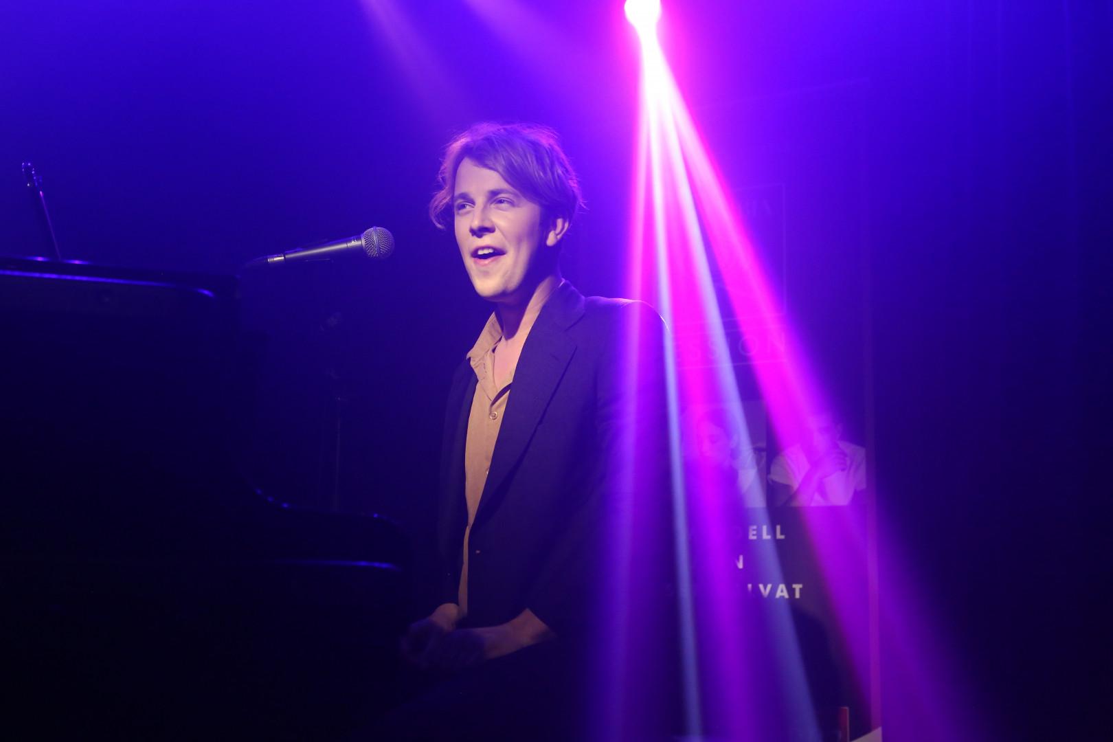 Tom Odell sur la scène des Bains à Paris à l'occasion de la première Columbia Session