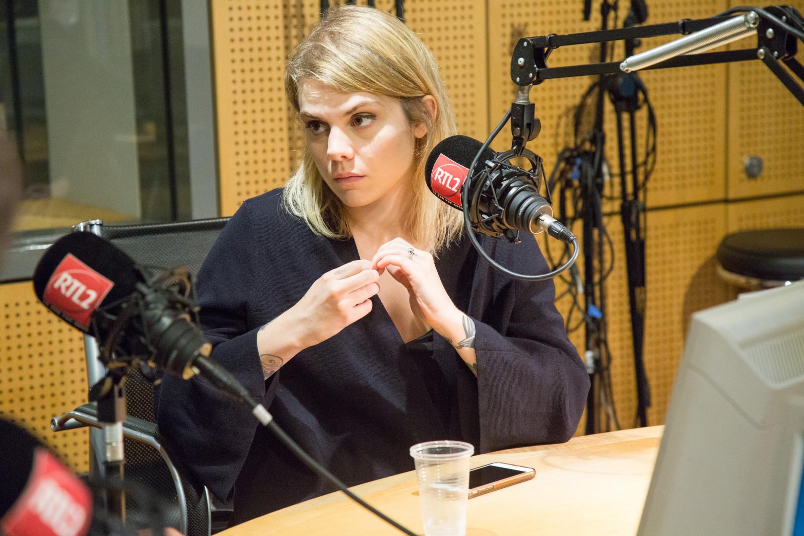 Cœur de Pirate dans les studios de RTL2