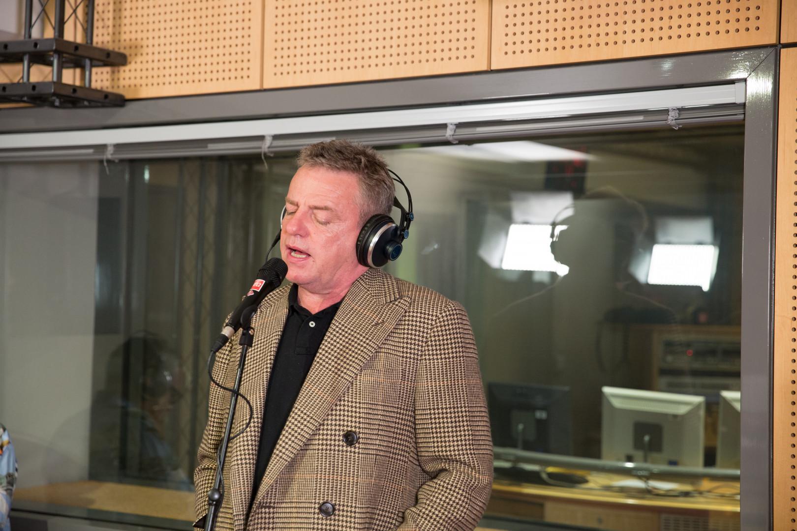 Suggs, le chanteur du groupe Madness dans les studios de RTL2