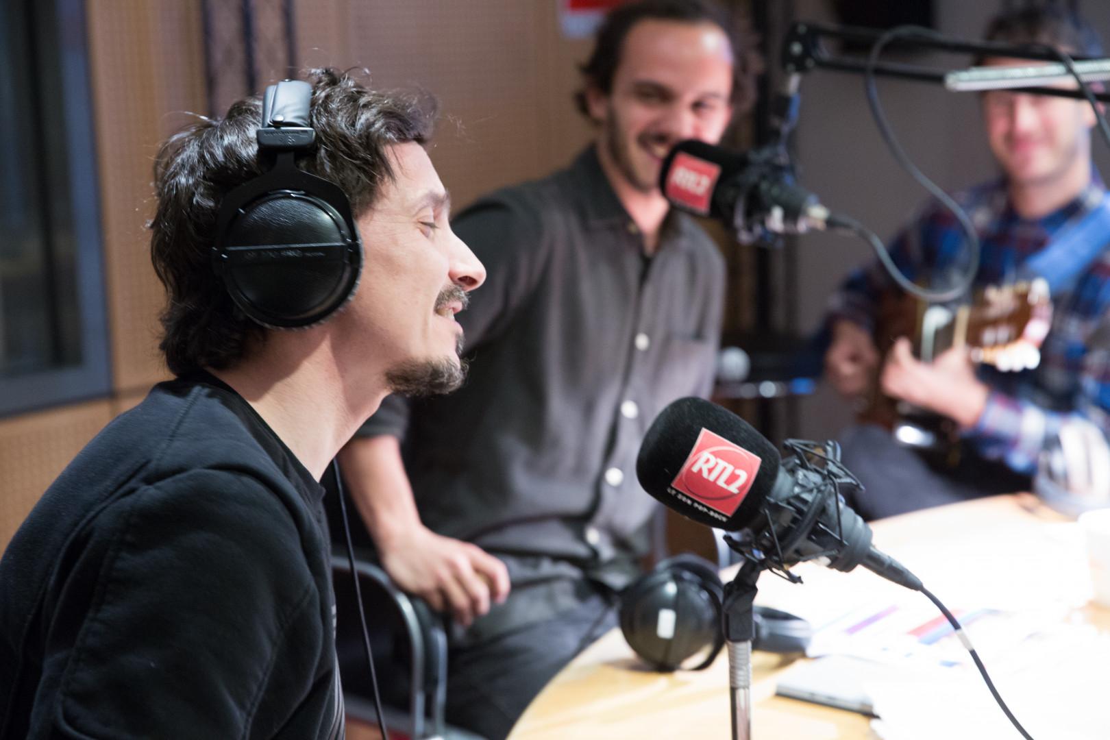 Arnaud Tsamere chante en direct avec Boulevard des Airs dans le Double Expresso