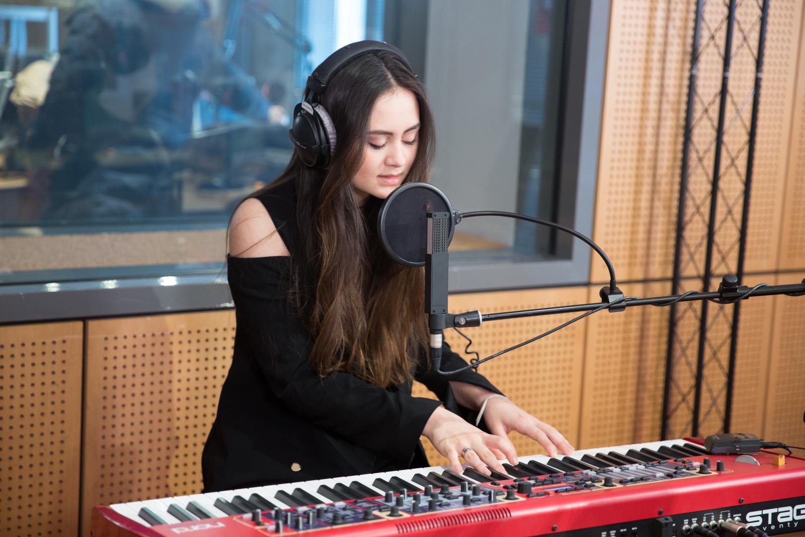 Jasmine Thompson en session acoustique dans les studios de RTL2