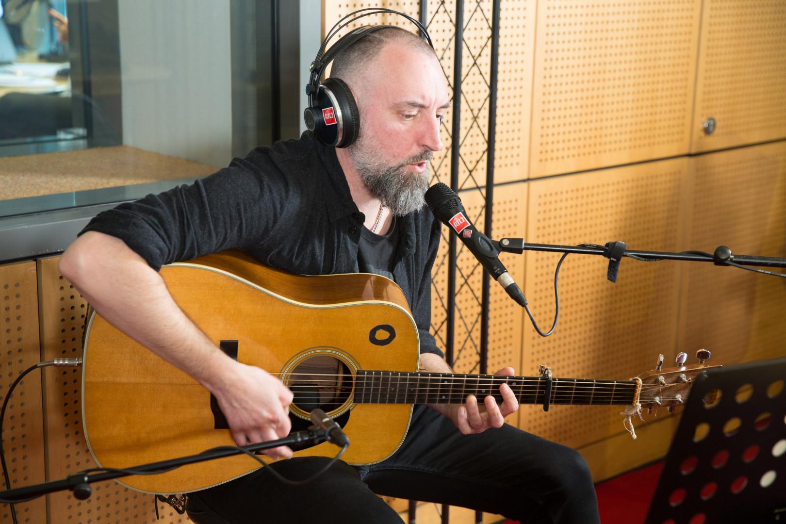 Fink en session acoustique dans les studios de RTL2