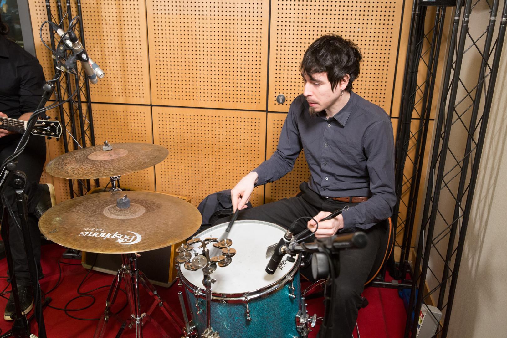 Klone en session acoustique dans les studios de RTL2