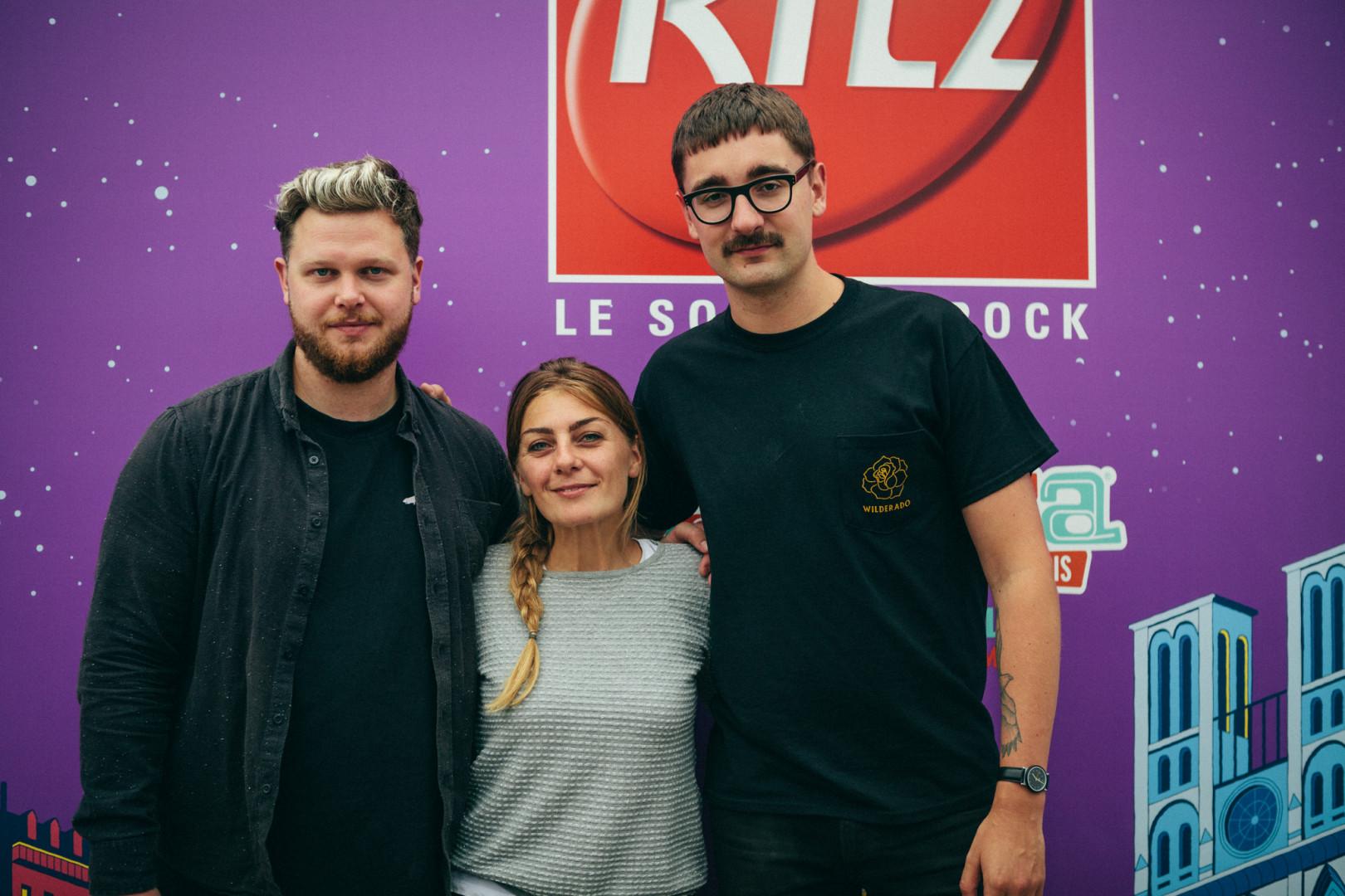 alt-J  et Mathilde Courjeau dans le studio RTL2 lors de Lollapalooza Paris