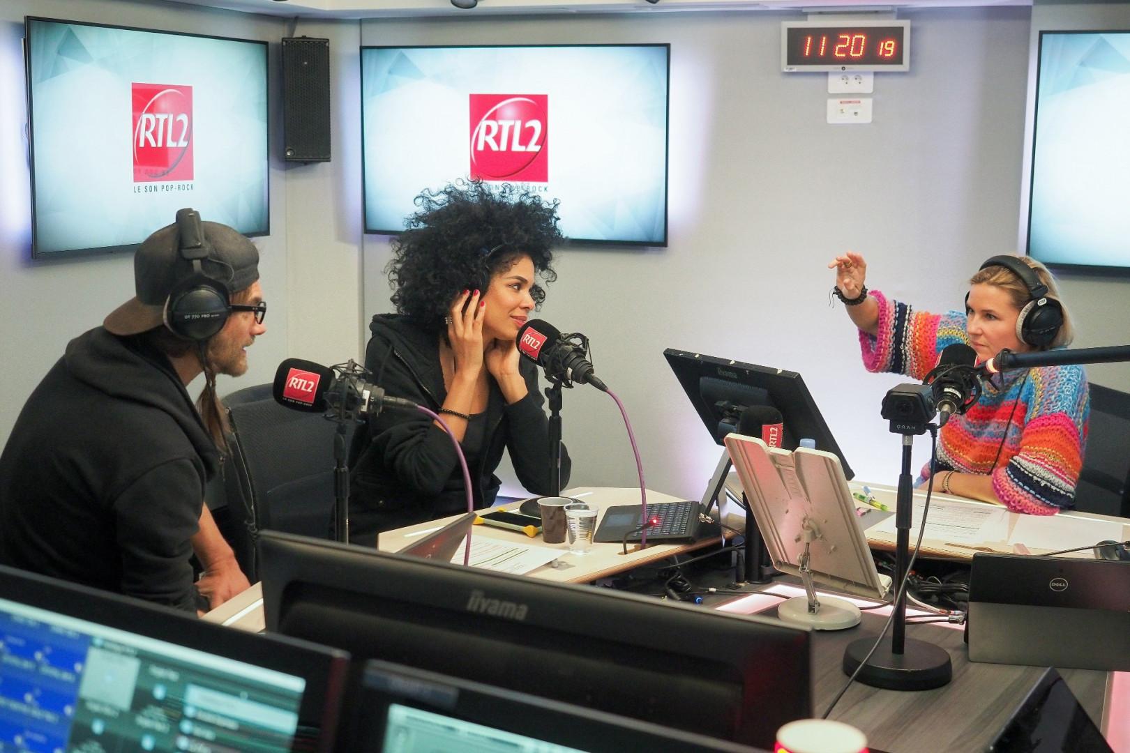 Shaka Ponk dans les studios de RTL2 en compagnie de Stéphanie Renouvin