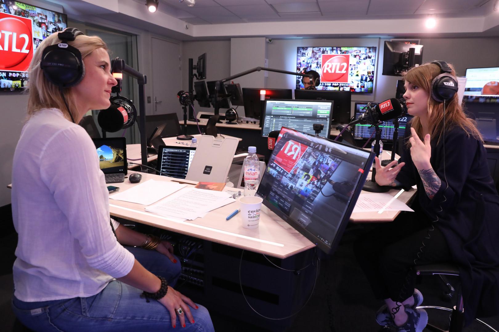 Cœur de Pirate et Stéphanie Renouvin dans les studios de RTL2