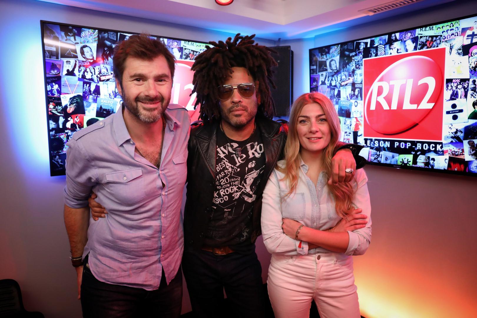 Lenny Kravitz en compagnie d'Eric Jean Jean et de Mathilde Courjeau dans les studios de RTL2
