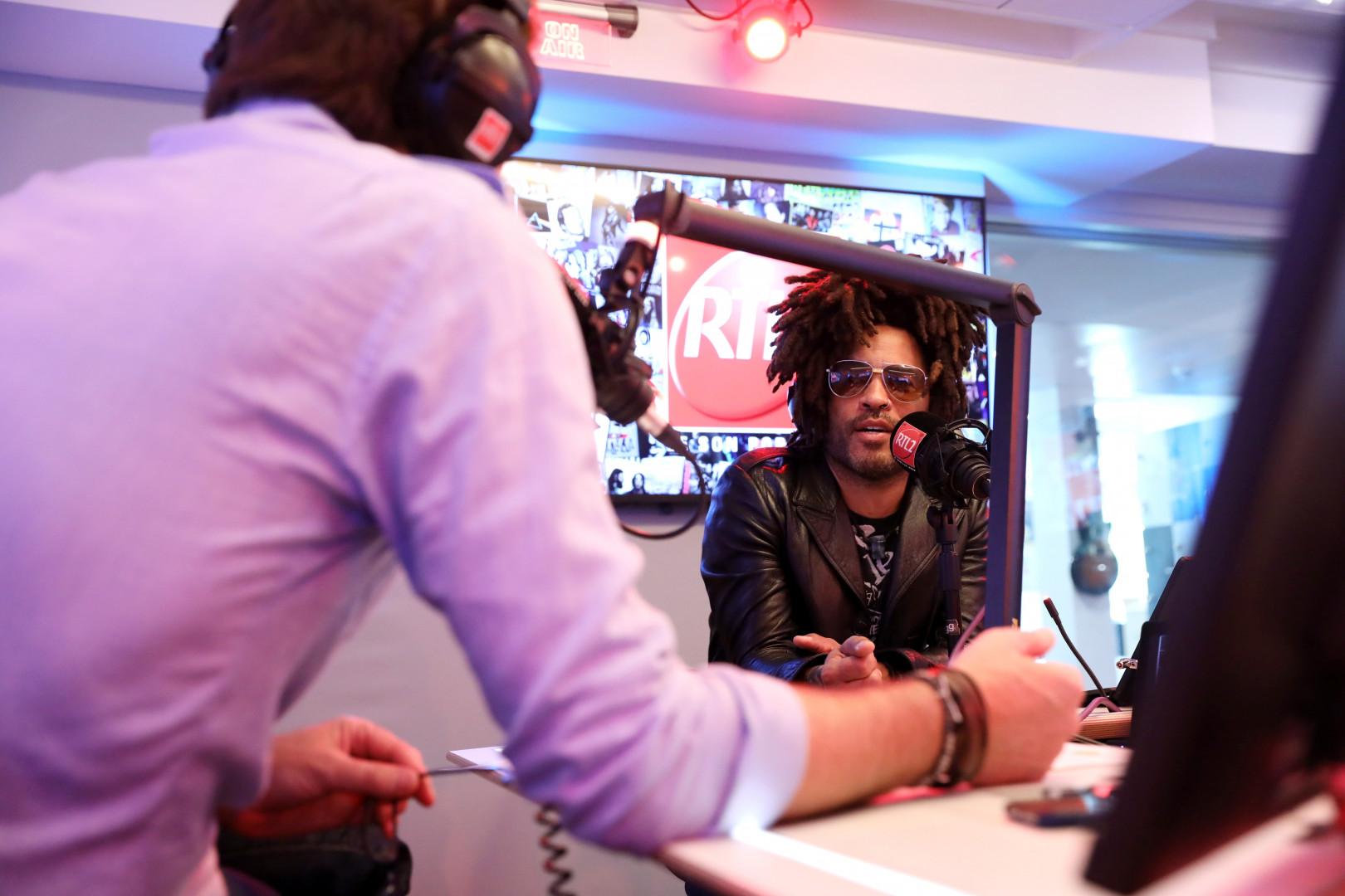 Lenny Kravitz en compagnie d'Eric Jean Jean dans les studios de RTL2