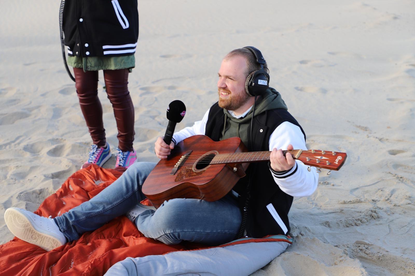 Pino qui joue de la guitare lors de la dernière de la saison à Berck-sur-Mer