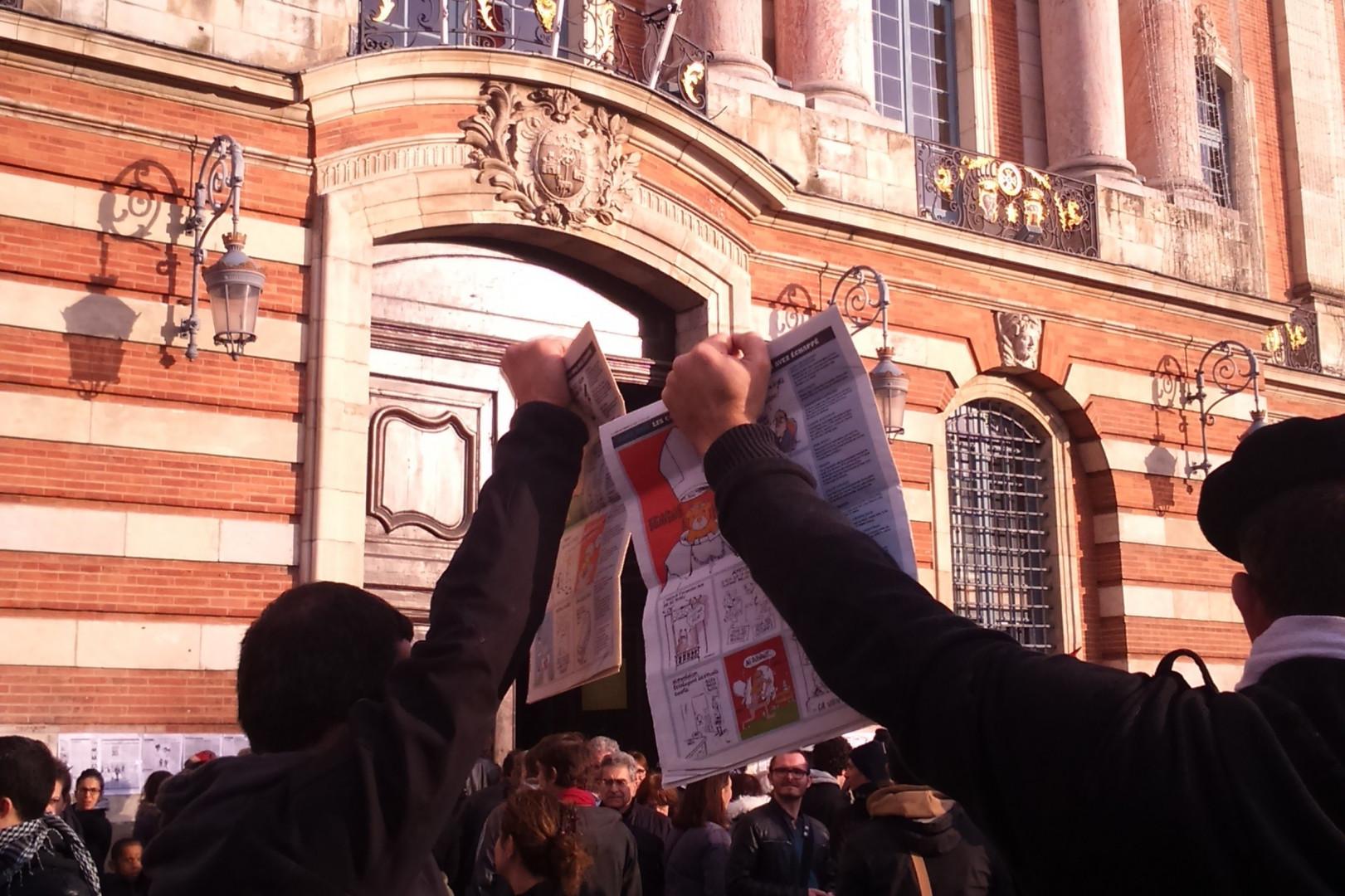 """Des manifestants brandissent """"Charlie Hebdo"""" à Toulouse"""