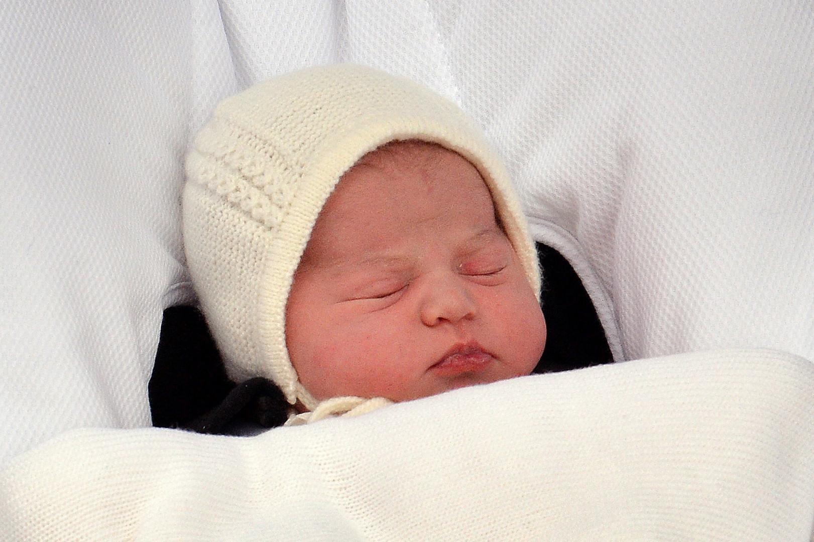 Elle prend le titre de princesse de Cambridge et est 4e dans l'ordre de succession au trône.