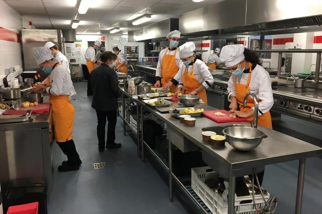 """Les apprentis de la mention complémentaire """"desserts de restaurant"""" sous les ordres de la chef pâtissière Mireille Rouquette"""
