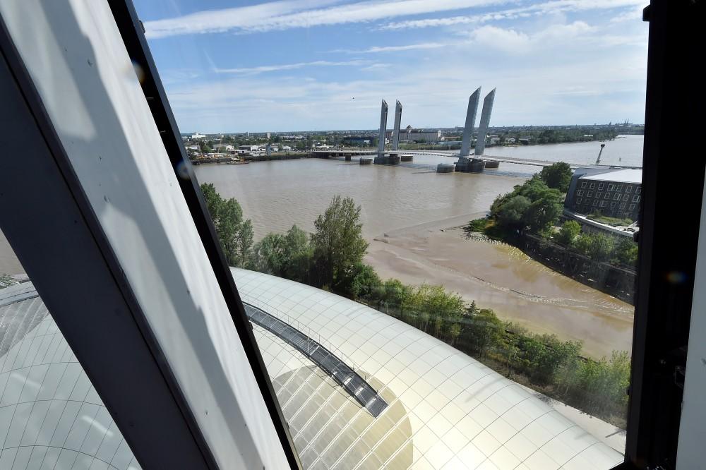 Vue panoramique sur le pont Chaban-Delmas depuis la Cité du Vin