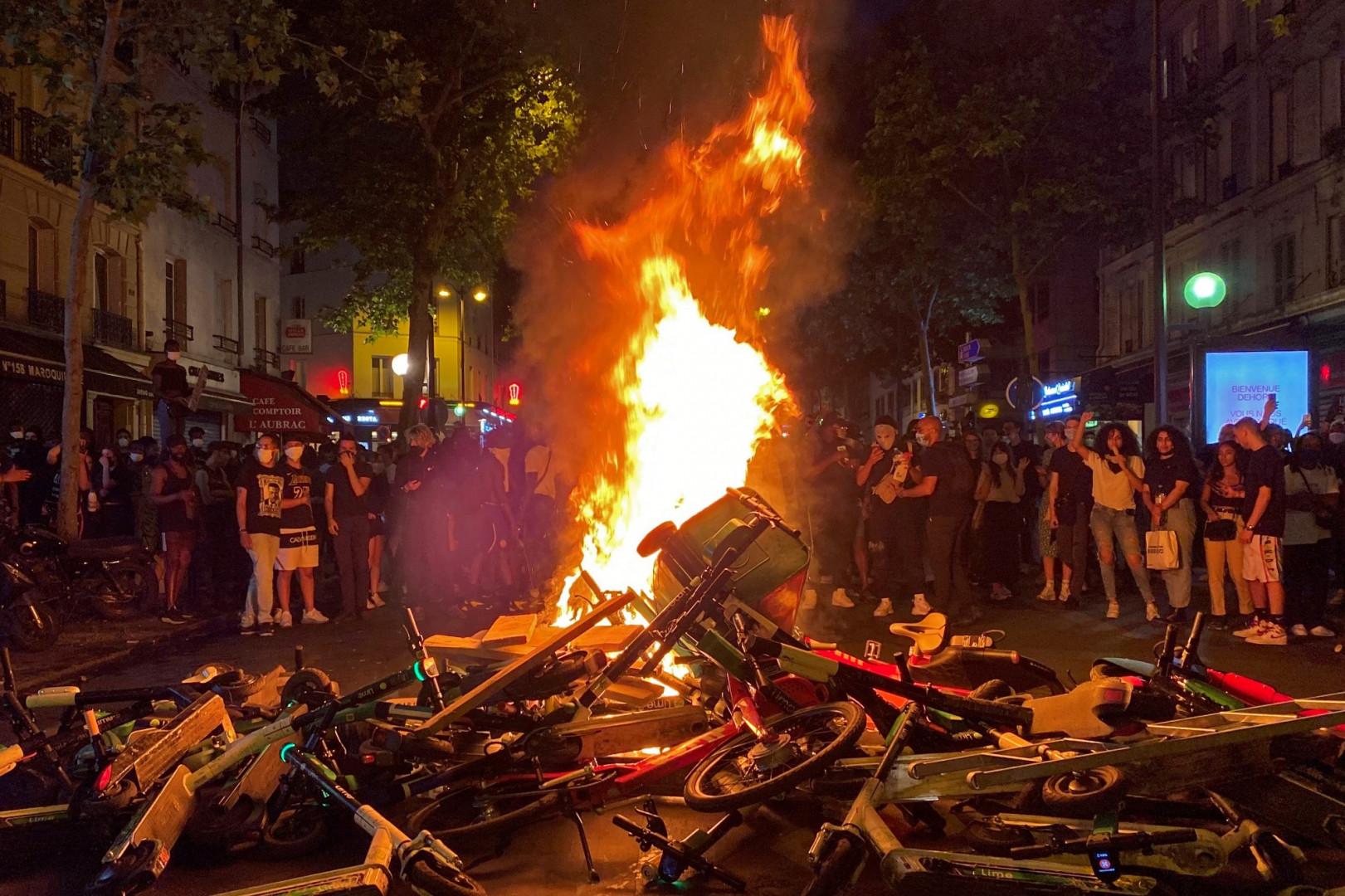 Des incendies ont eu lieu à Paris, dans la nuit de mardi à mercredi, après la manifestation qui s'est tenue devant le tribunal de Paris.