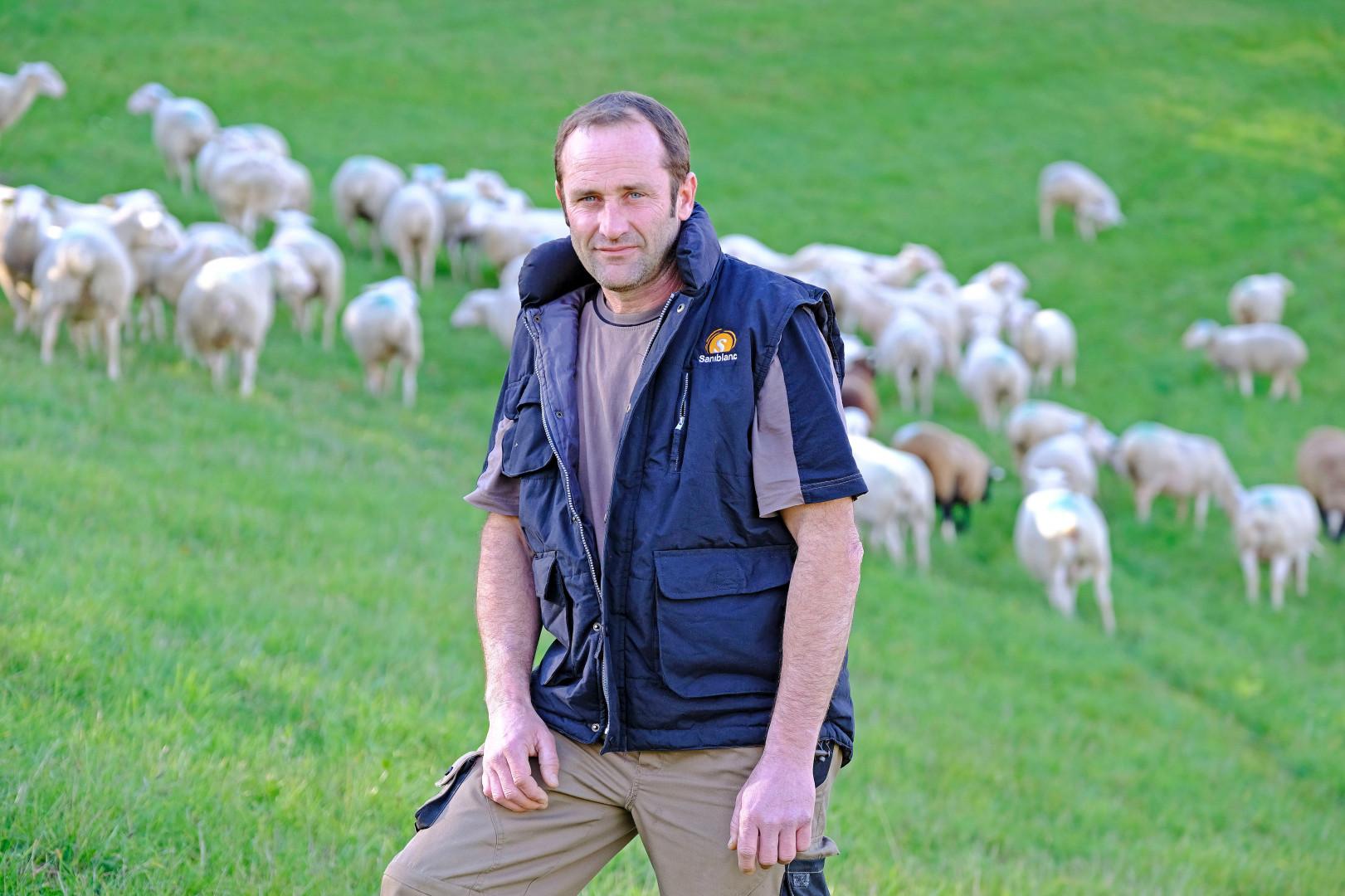 Vincent, 45 ans, est éleveur de brebis allaitantes en Occitanie