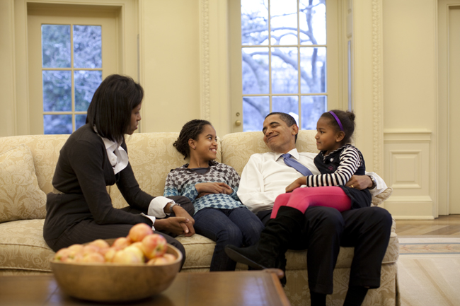 Après l'effort (de la campagne), le réconfort. Tranquillement assises sur le canapé du Bureau ovale de la Maison Blanche, les filles Obama n'ont pas trop à se plaindre.