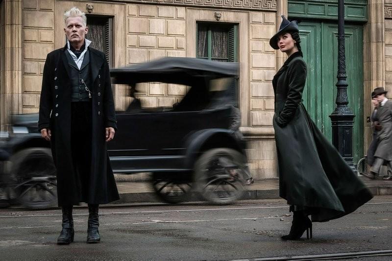 """Johnny Depp (Grindelwald) et Poppy Corby-Tuech (Rosier) dans les """"Animaux Fantastiques 2"""""""