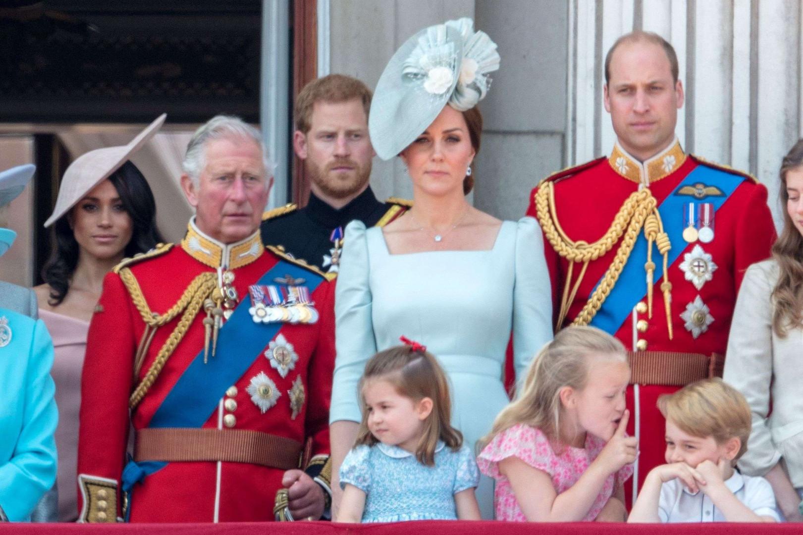 Savannah Phillips ordonne le prince George de se taire devant la famille royale