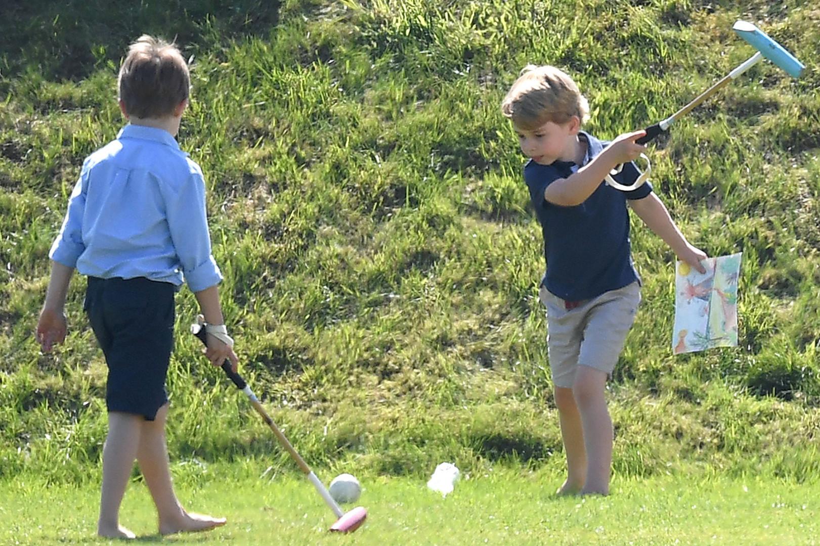 Le prince George s'entraîne aussi au polo pendant le match de charité