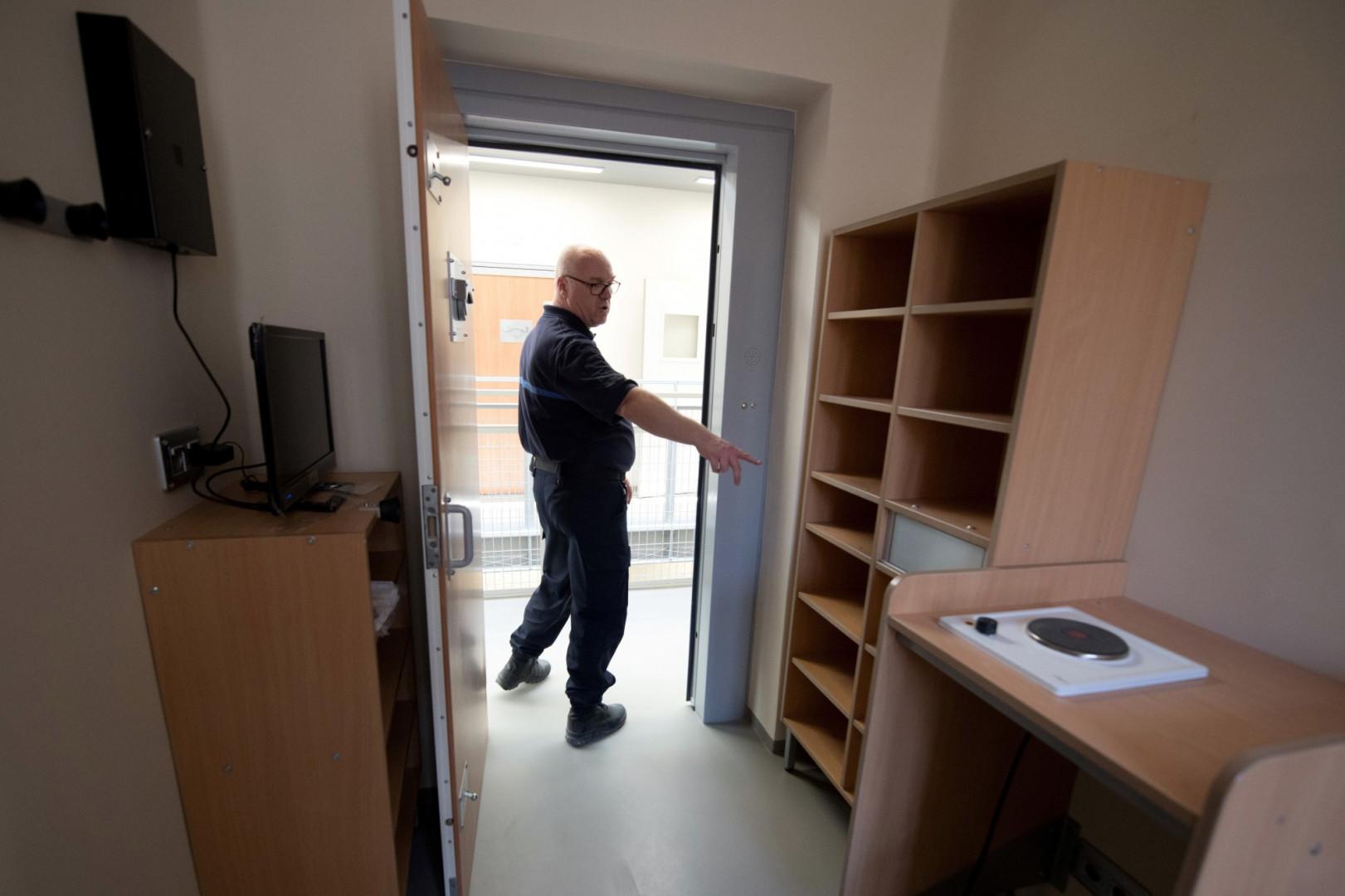 Une cellule rénovée de la prison de la Santé à Paris