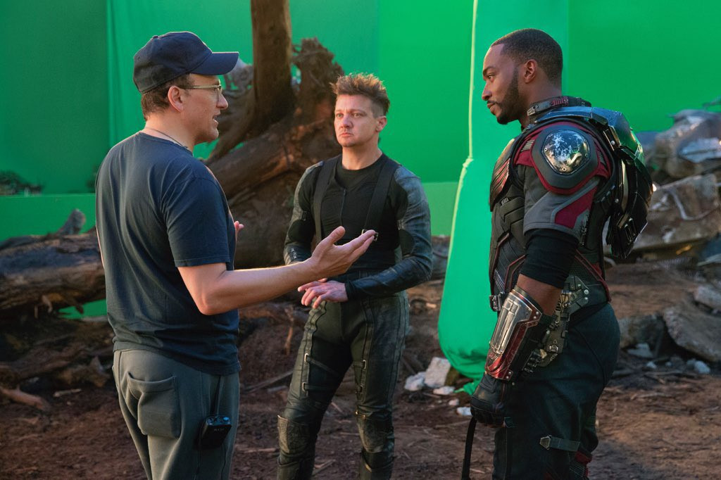 Anthony Russo avec Jeremy Renner (Hawkeye) et Anthony Mackie (le Faucon)