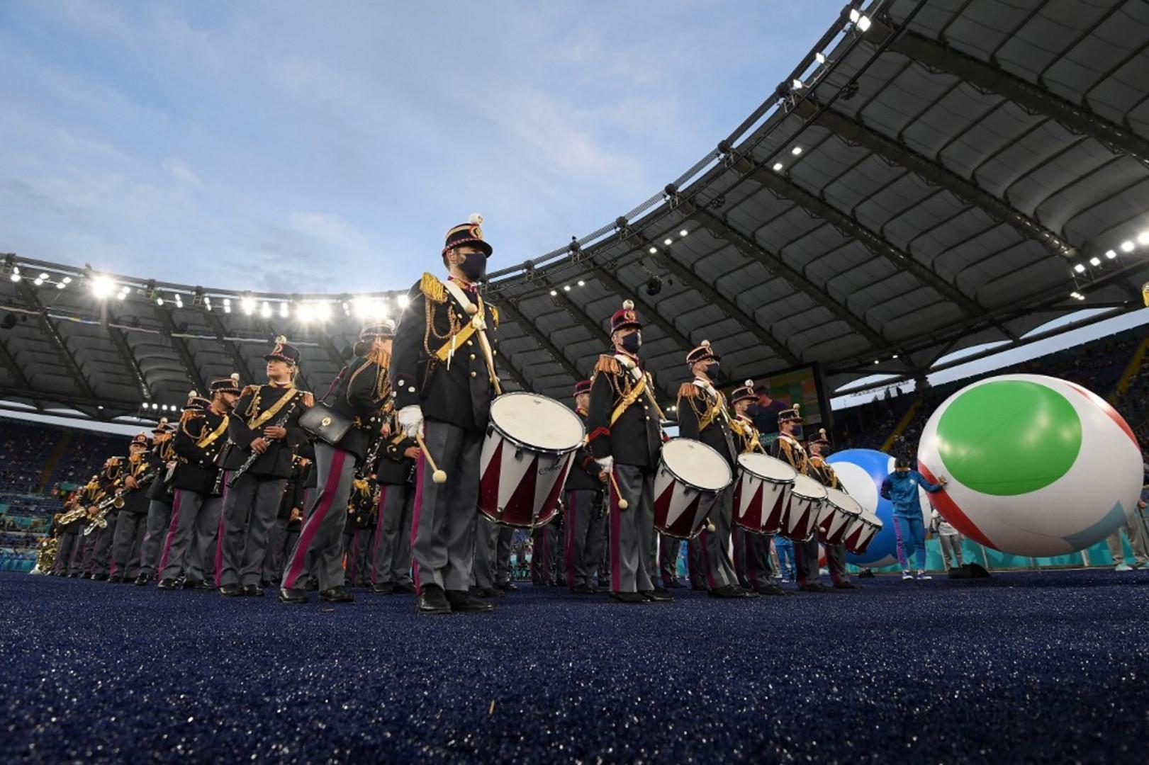 Cérémonie introduite par la traditionnelle fanfare accompagnée par 24 ballons géants