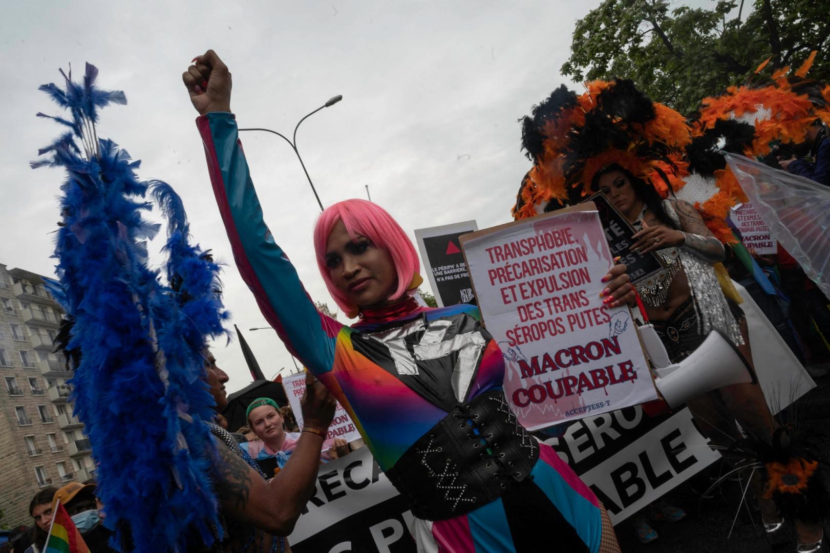 Lors de la Marche des Fiertés, de nombreuses pancartes visaient le président de la République Emmanuel Macron