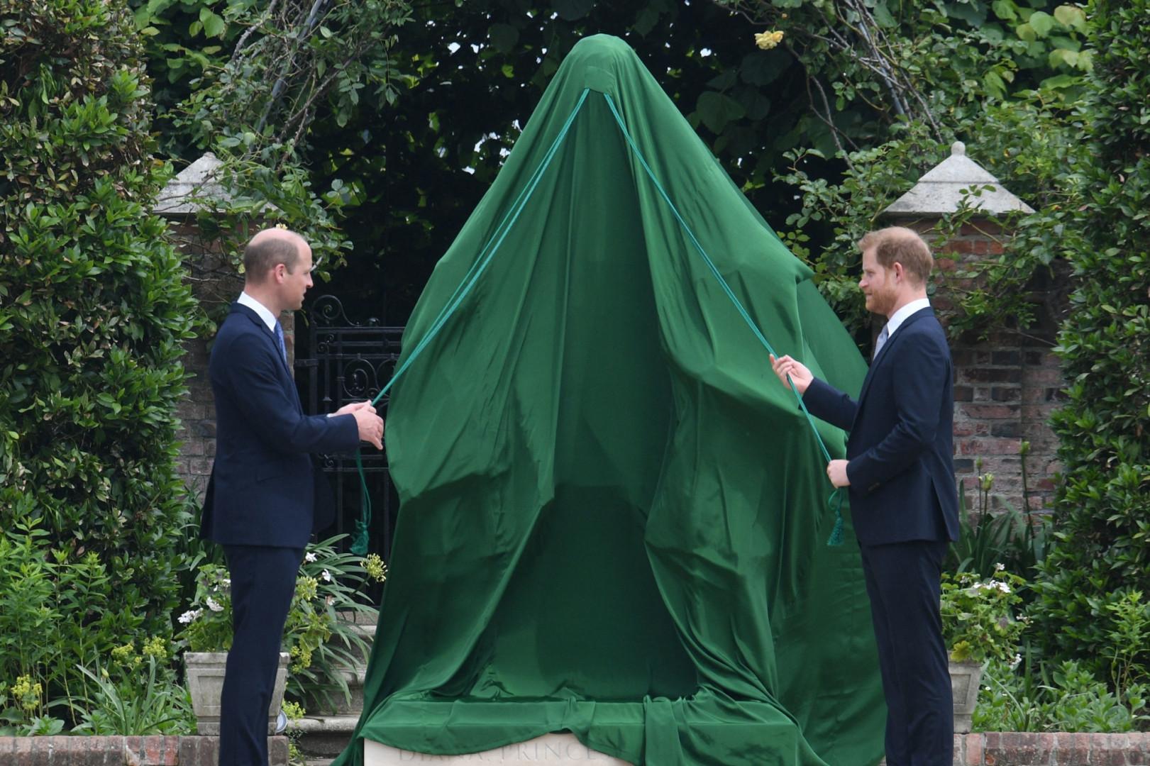 Harry et William inaugurant la statue de Diana dans le jardin de Kensington, le 1er juillet 2021