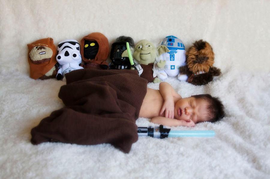 """Ezra en compagnie de toutes les peluches """"Star Wars"""""""