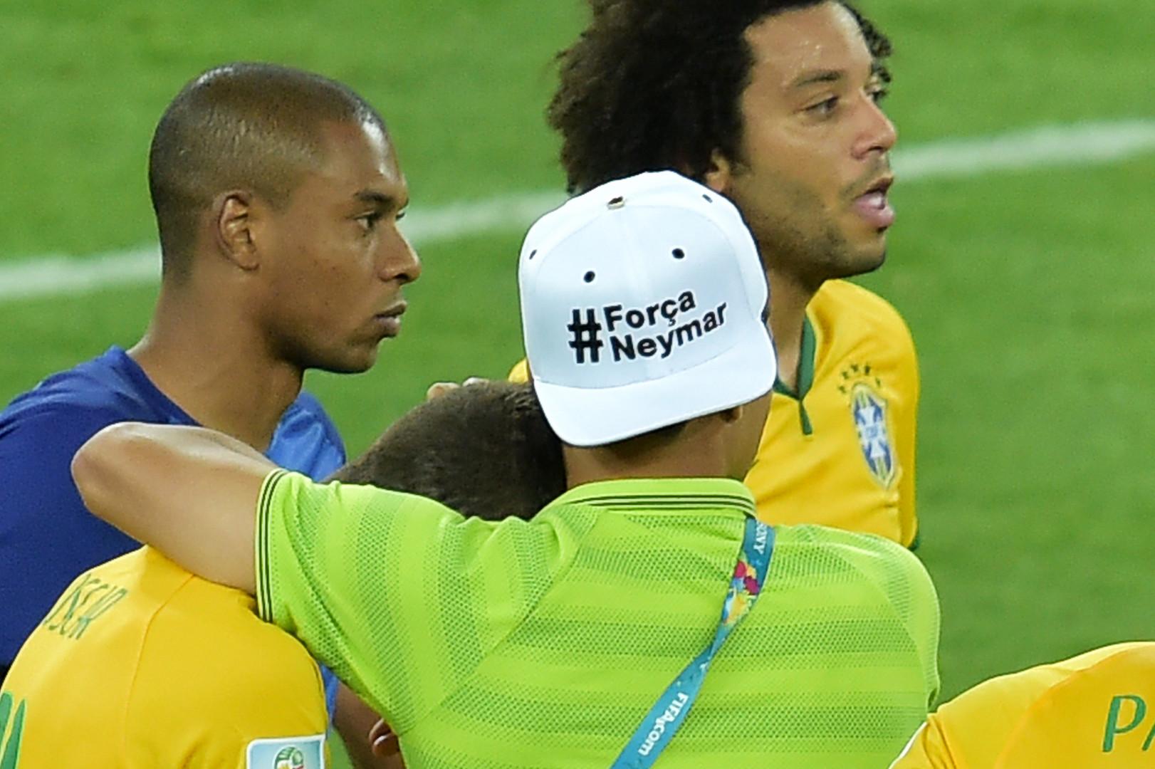 Absent pour cause de suspension, le défenseur Thiago Silva a tenté de réconforter ses partenaires, ici l'auteur du seul but brésilien, Oscar