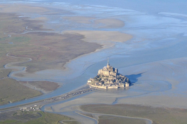 Le Mont Saint-Michel au milieu de sa baie