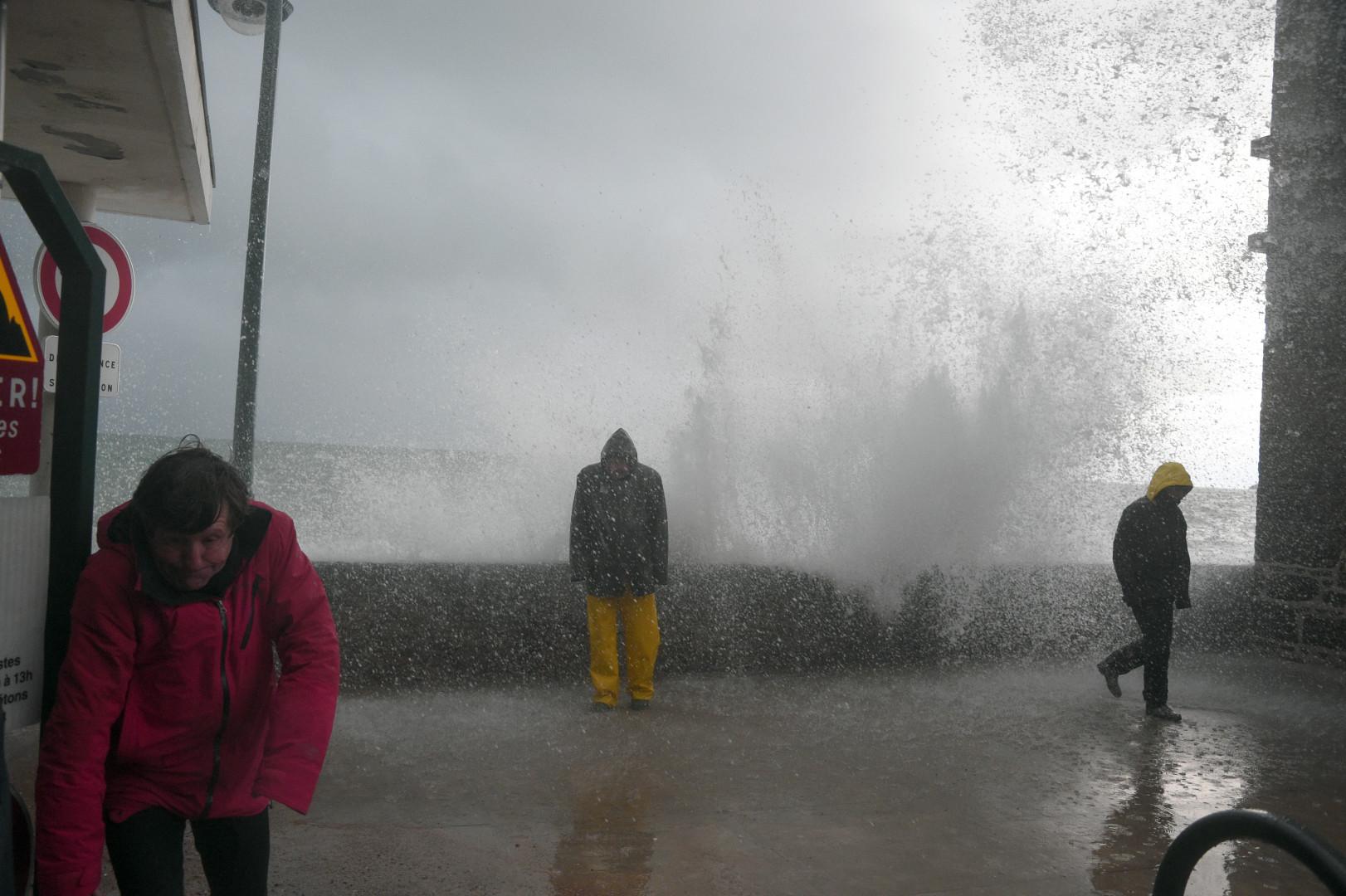 Des promeneurs regardent les vagues à Saint-Malo, le 21 février 2015.