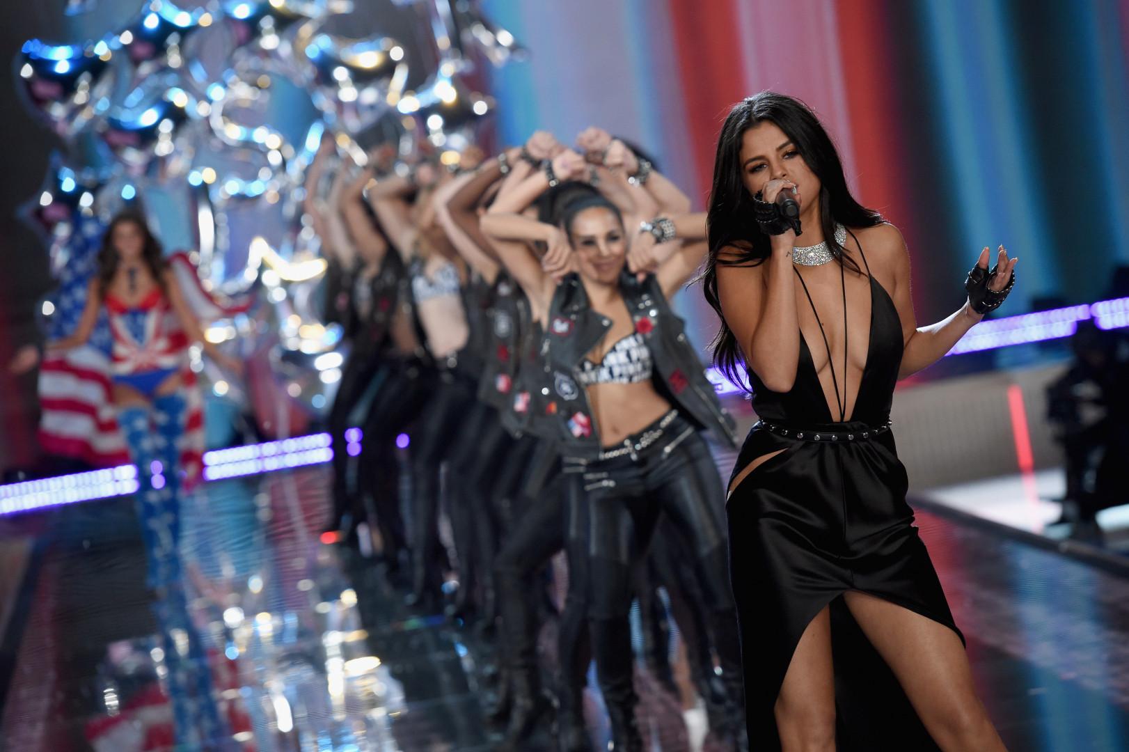 La chanteuse Selena Gomez a chanté pendant le défilé