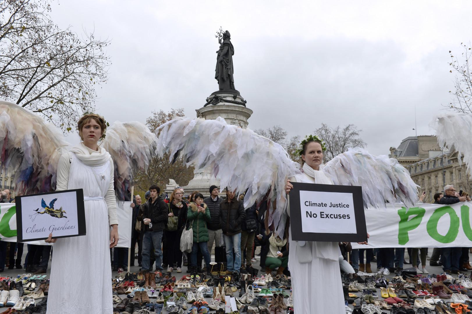 """L'organisation """"Climate Guardians"""" était sur cette place d'où devait partir une marche qui a été annulée"""