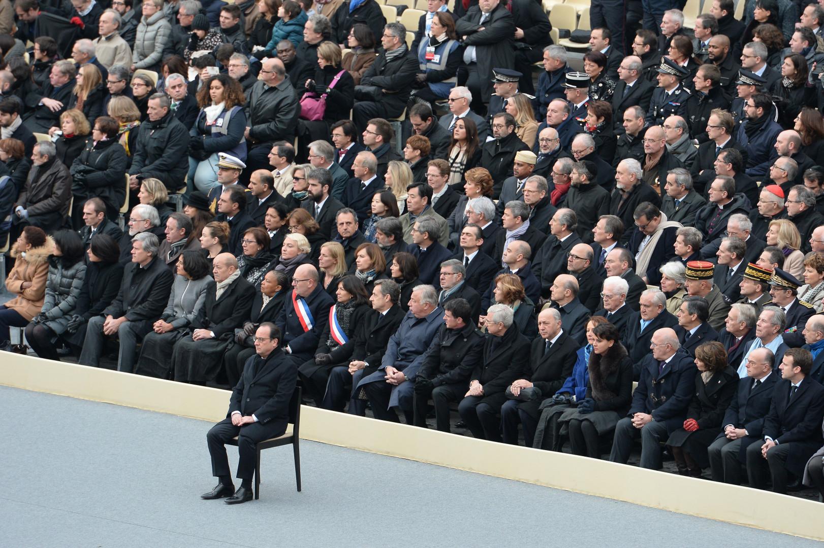 François Hollande, seul, lors de l'hommage aux 130 victimes aux Invalides, le 27 novembre