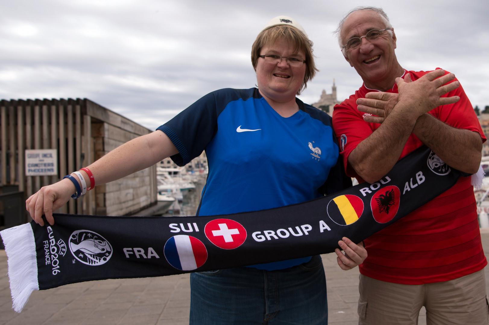 Esprit de fair-play entre les supporters français et albanais à Marseille