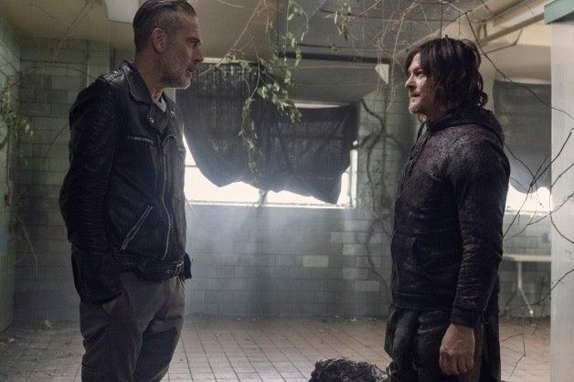 Énorme tension entre Negan et Daryl alors que la bataille finale fait rage