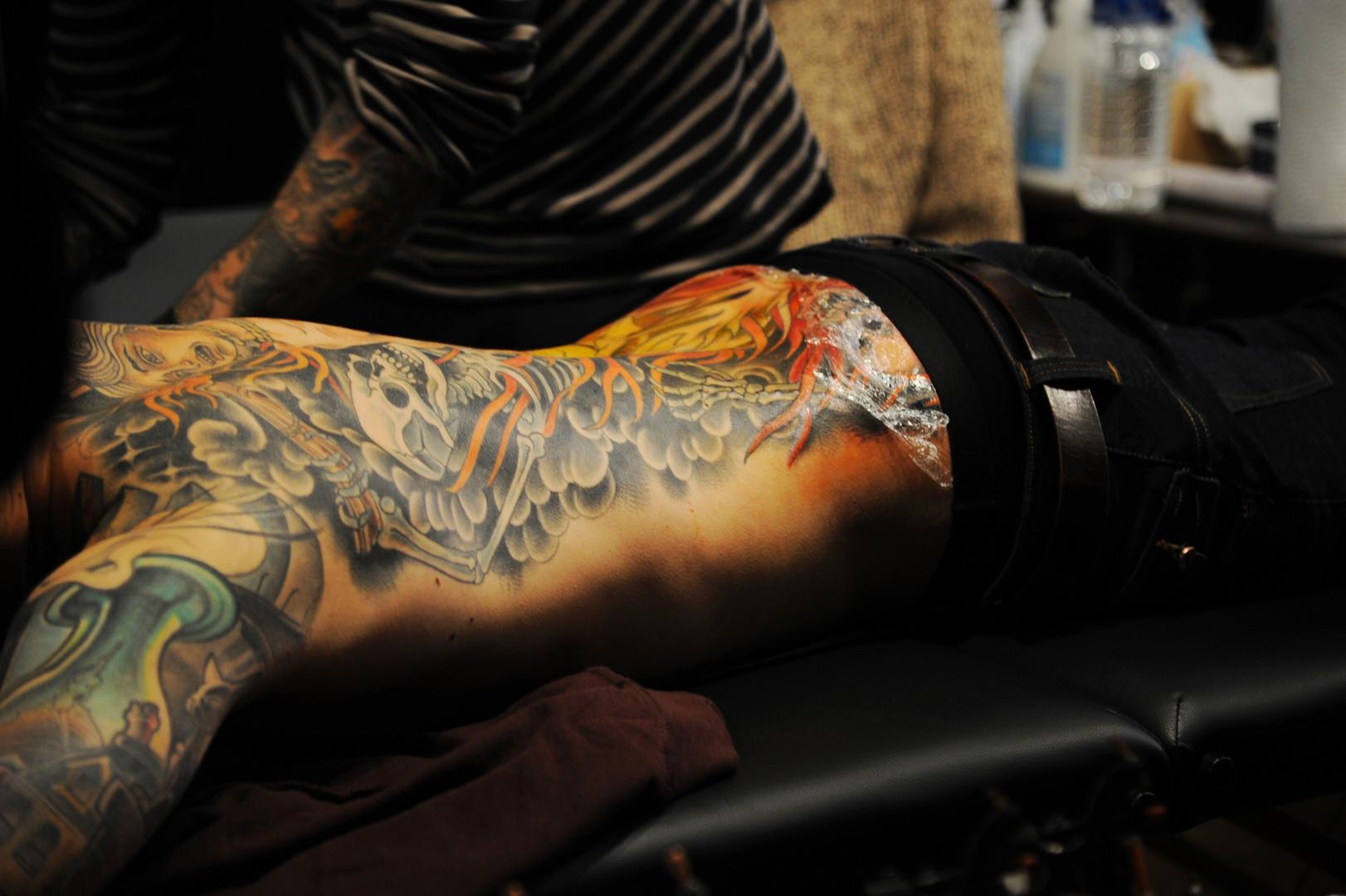 Une fois réalisé, le tatouage est recouvert d'un film plastique pour le protéger
